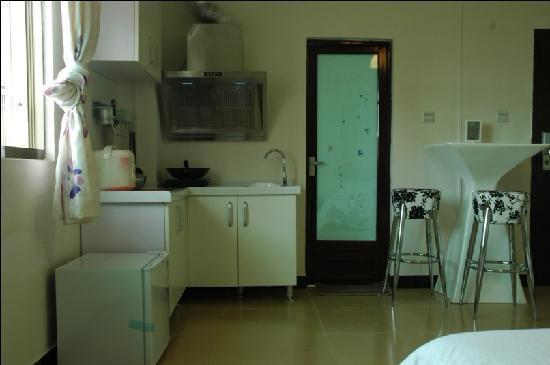 Xiangrikui Inn: 厨房大床房
