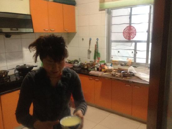 Xiaorenju Farm Inn: 老板魏姐在忙着给俺做好吃的哈哈