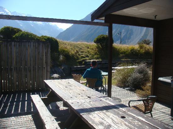 YHA Aoraki Mt Cook: 可以坐系出面食饭,然后欣赏山景