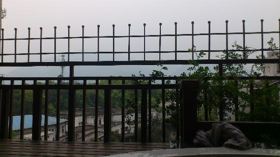 Tianyi Hot Spring Resort: 在阳台浴缸遥望雾中峨嵋