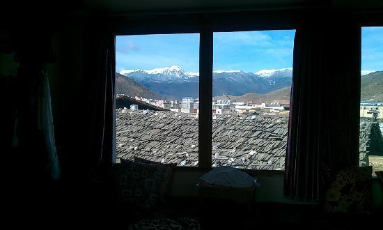 Shangri-La Maji Xiangrikui Hostel : 天晴后拍的窗外的风景,手机拍的