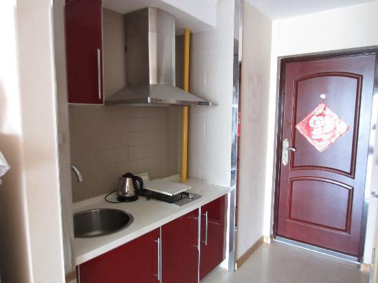 Yijing Huayuan Serviced Apartment: 厨房,其实就是摆设,不实用