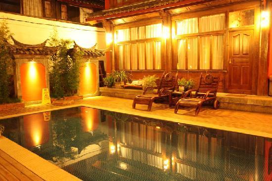 Huifeng Inn Shuhe: 酒店前面的泳池