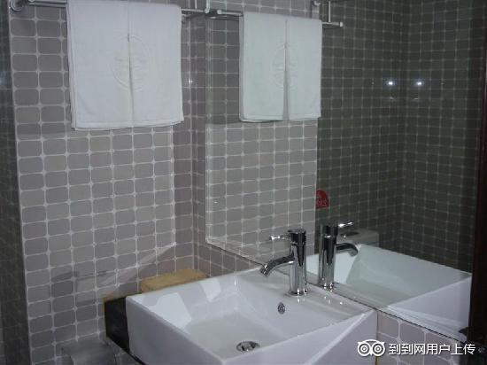GreenTree Inn Yantai Xingfu Road Express Hotel: 卫浴间