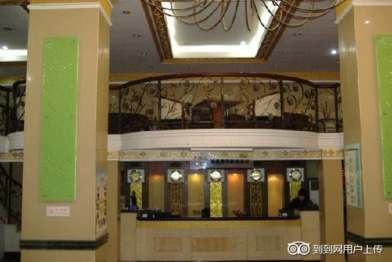 GreenTree Inn Qingdao Railway Station Square Express Hotel: 宾馆前台