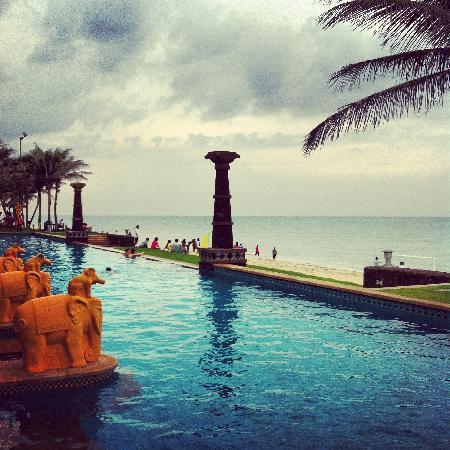 Crown Spa Resort Hainan: 就在海边的泳池