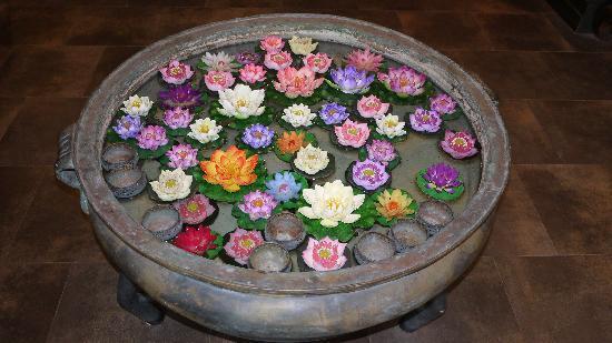Siralanna Phuket: 大堂里面的小花池