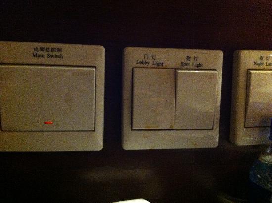 Beijing Minzu Hotel: 开关上有污渍