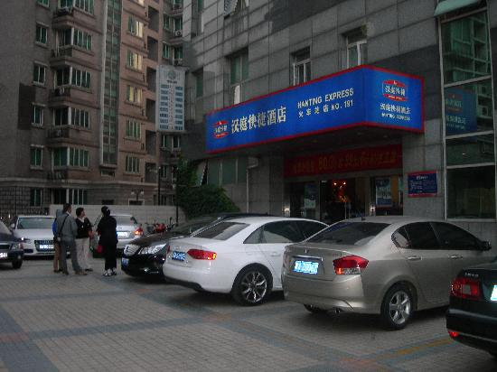 Hanting Express (Nanjing Railway Station): 宾馆外面