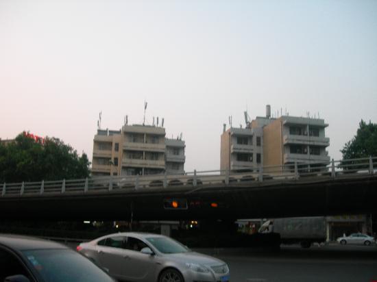 Hanting Express (Nanjing Railway Station): 宾馆对面