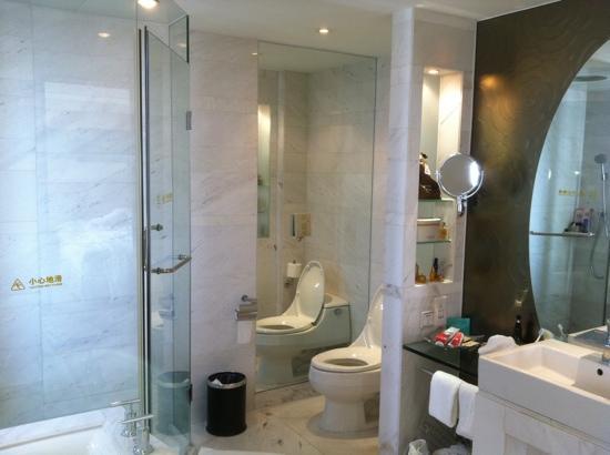 Gehua New Century Hotel: 宽敞的卫生间