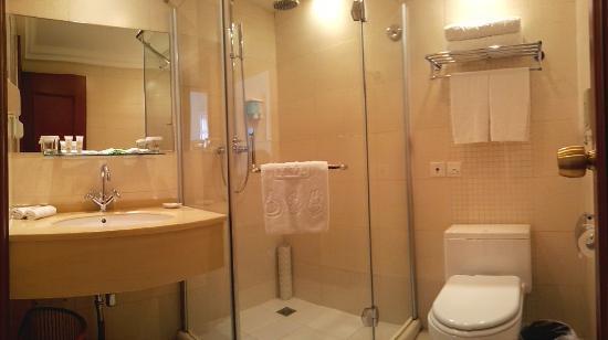 Yuanwanglou Hotel: A座标双客房的洗浴室