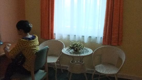 Home Inn Guilin Bus Main Station: 朋友的背影以及很有爱的小桌椅和窗子
