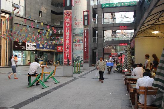 Yixin Apartment Wenshuyuan Hotel : 楼下环境