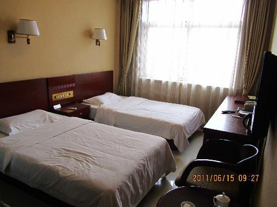 Jiuzhou Business Hotel : 128的房间确实比较小...