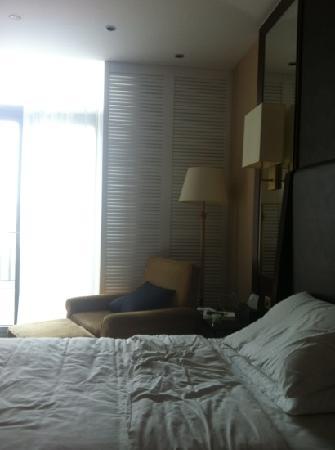 Phoenix  Island Resort Zhoushan : 床边的贵妃椅,门外就是露台