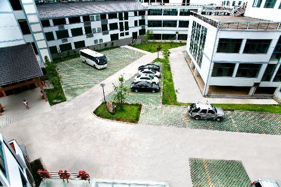 Longhushan Jialeju Hotel : 可停30部左右的大小车辆