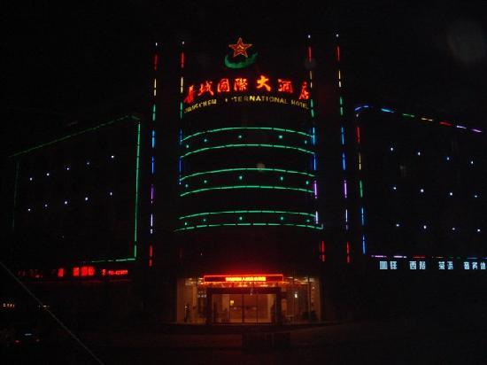 Luxi County, China: 晚上照