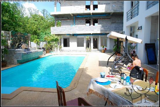 Arun Seaview Apartment : 可以在泳池边早餐