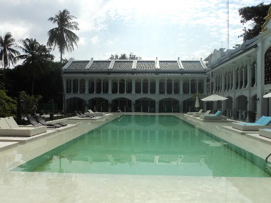 รายาบุรี รีสอร์ท: 没有人的泳池和泳池房,安静