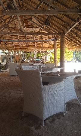 Rayaburi Resort (Racha Island): 海滩边的餐厅