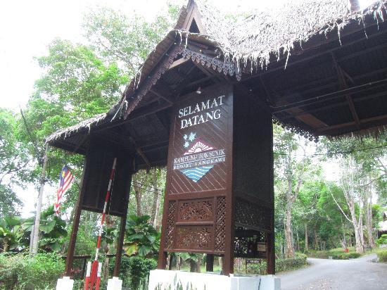 Kampung Tok Senik Resort Langkawi: 路边可以看到的酒店牌楼