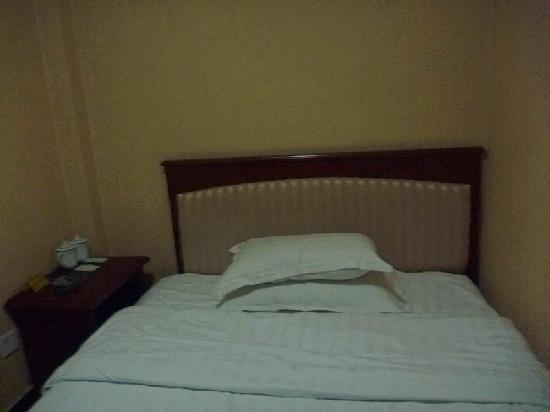 Gelin Hotel: p1大床一边靠墙,一边只能侧放床头柜,没有床头灯、夜灯,与格林(背阴店)网上图片根本不符;看这床单,是刚换洗的吗?