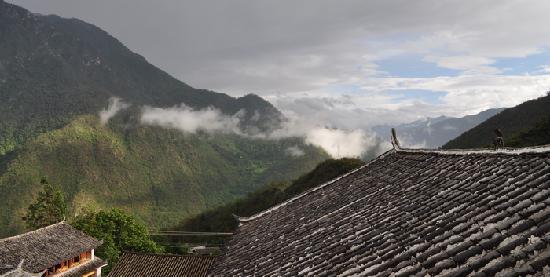 Naxi Family Guesthouse: 屋顶上有一只小兽哦