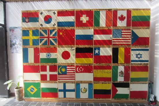 Wada Hostel: 前台国旗