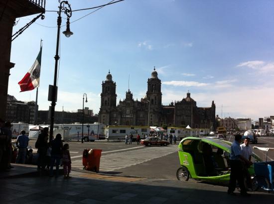 Plaza de la Constitucion : 宪法广场上的大教堂