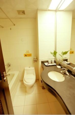 Baofeng Hotel: 酒店卫生间
