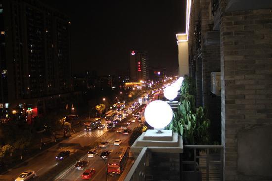 Hangzhou Hansen Books Music Hotel: 门前的马路