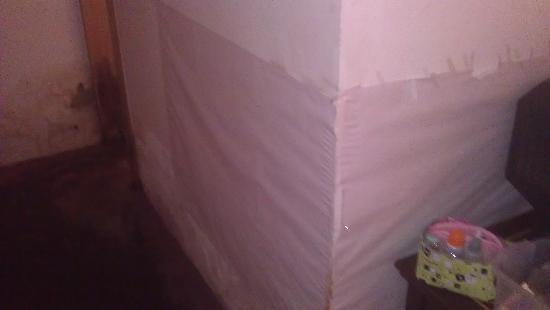 Zicheng Yaju: 墙面被水浸湿后发黑用纸遮挡