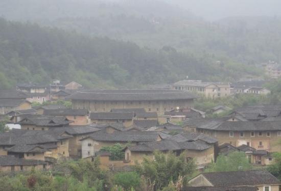 Zhenchenglou Earth Building Hostel: 从山上远观的振成楼