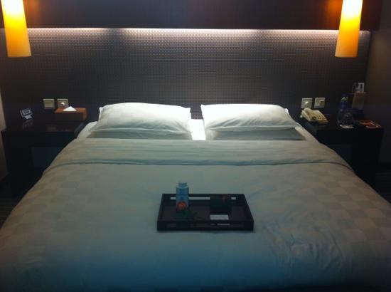 Ziction Liberal Hotel: 夜床的点心和花