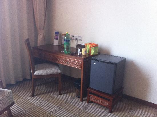 Scholars Shushan Hotspring Resort: 冰箱与写字台