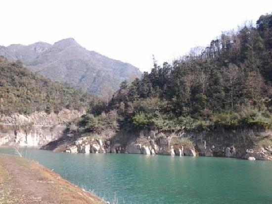 Tianmushan Scenic Aera: 初春的湖边