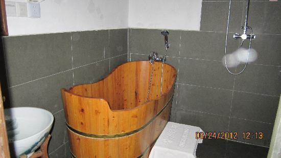 Pingjiang Lodge: 卫生间的大木桶