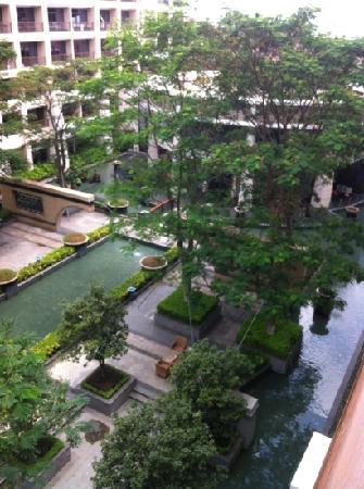 Yihao Hotel : 站在阳台上看下面还可以