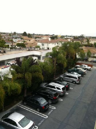 Days Inn Los Angeles LAX/ Redondo and Manhattan Beach : 酒店的停车场,免费