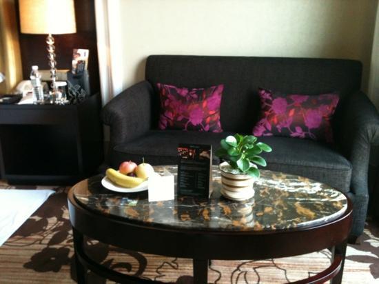 Days Hotel & Suites Hillsun Chongqing : 沙发,水果