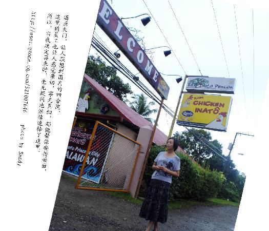 Balay Inato Pension: 大门入口-门口有TUTU,出行方便.
