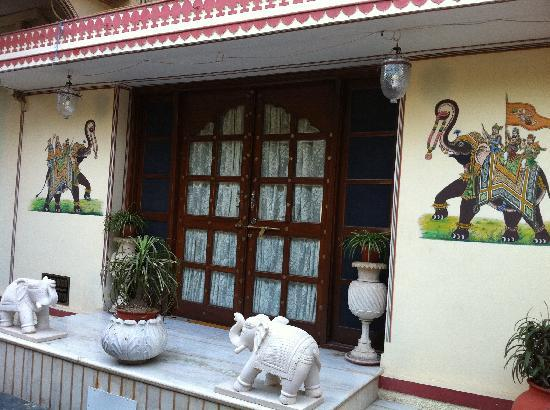 Hotel Madhuban: 酒店门口