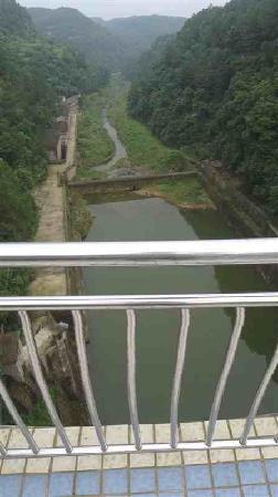 Weiyuan County, Cina: 这是站在堤坝上面拍的