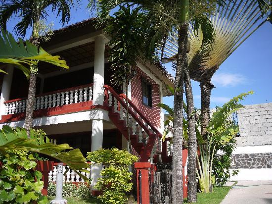 Tonglen Beach Resort: 绿树掩映下的小屋
