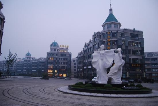 Dalian Port: 广场一角