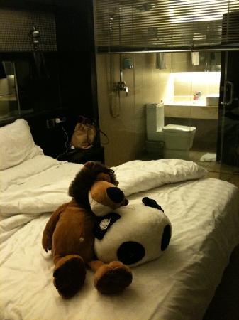 Lemon Hotel Xi'an: 床上的玩偶