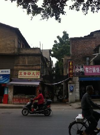 Yulan Tree Guest House : 店面门口