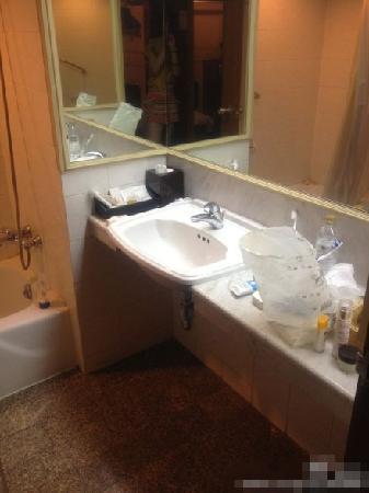 The Tawana Bangkok : 又旧又简陋的招待所一样的厕所
