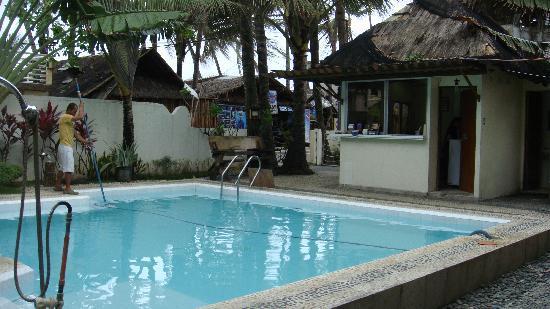 Beachcomber Resort Boracay: 酒店的泳池,服务生在每天都会清理